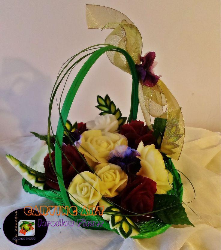 Ilość kwiatów jaka znajdzie się w koszu to zależy już od Ciebie. Prezentowane bukiety składają się z 15 i 10 róż wyciętych z buraka, rzepy, rzodkwi, kalarepy i ziemniaka oraz kilku kalii z białej rzodkwi.