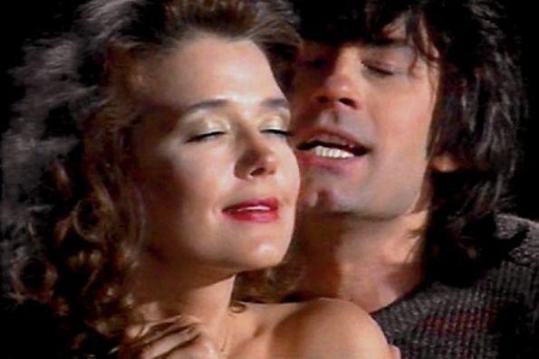 """На фото Александр Серов и Ирина Алферова (кадр из их клипа """"Ты меня любишь"""")."""