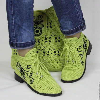 Купить или заказать Льняные ботиночки вязаные сумка комплект в интернет-магазине на Ярмарке Мастеров. Прекрасный комплект для лета! Стильные льняные ботиночки!!!))) Модель очень удобная и универсальная... подходит к любому стилю одежды. Обувь связана из льна салатового цвета. Стелька внутри тоже льняная, ручной работы. Подойдут на любую полноту ноги, регулируются шнуровкой! Сумка - торба. Подклад простеган с синтепоном, закреплен по верхнему контуру и дну сумки.