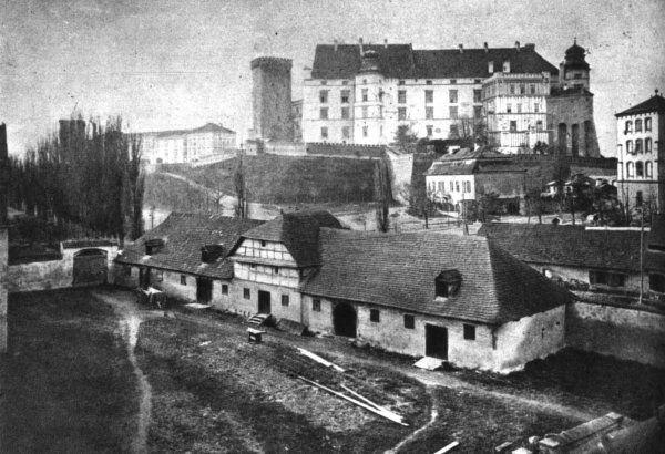 Wawel w latach 60-tych XIX wieku. Widok od strony dzisiejszej ulicy Gertrudy. Na pierwszym planie widoczne zabudowania należące do klasztoru Misjonarzy na Stradomiu.