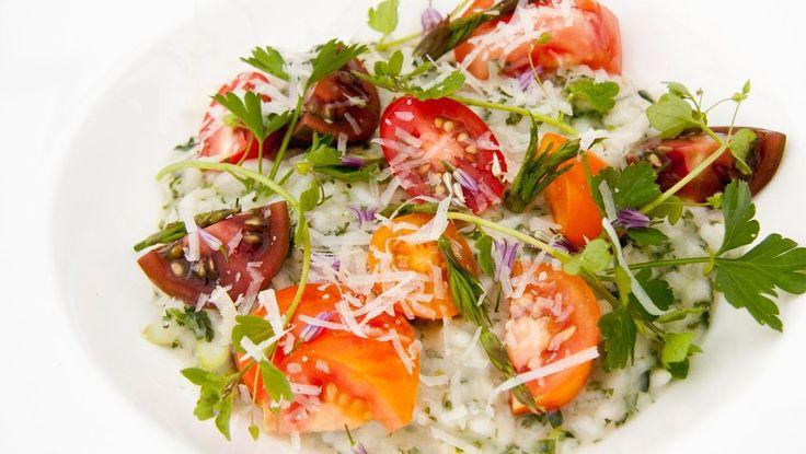 Risotto med asparges og brennesler - Den vakreste risottoen i NRK Mat-arkivet er det Tareq Taylor i Hygge i hagen som står bak. I hans oppskrift er det asparges, bladpersille og tomater – og brennesle. - Foto: Fra TV-serien Hygge i hagen / SVT