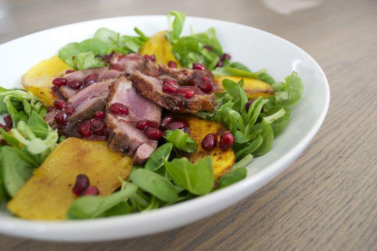Salade van eendenborst, gebakken mango, granaatappel en veldsla