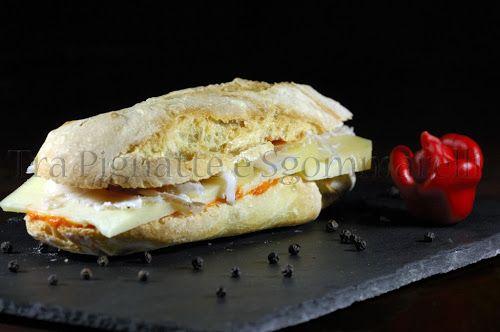 Panino con crema di peperoni, formaggio e lardo di Arnad