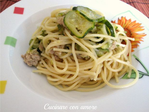 Ciao a tutti oggi vi presento questo primo piatto estivo, semplice e veloce da preparare :) gli spaghetti con tonno e zucchine.
