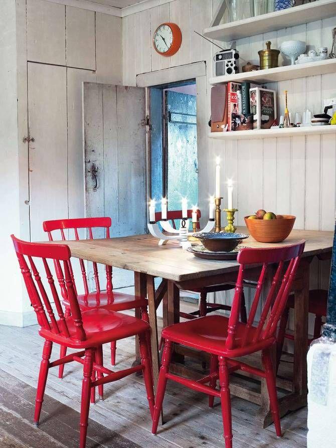 matbord med röda pinnstolar, foto Anna Kern.