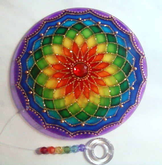 Mandala em acrílico de 15cm de diâmetro, pintura vitral, decorada com pedra acrílica e tinta relevo dourada em ambos os lados. R$ 27,00 by Mandalas em Vitral