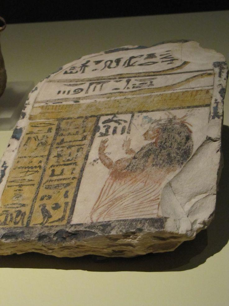 Estela con la diosa Meretseger como una serpiente y una muj3r devota (Imperio Nuevo).