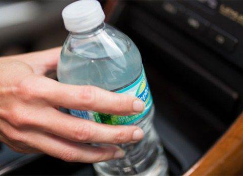 Dit bedrijf waarschuwt ons – daarom mag je nooit een fles water in je auto achterlaten op warme dagen