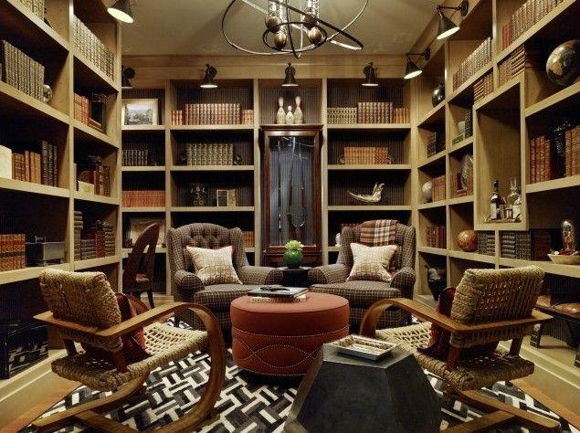 Дизайн мужской комнаты: большая библиотека и шкаф с ружьями