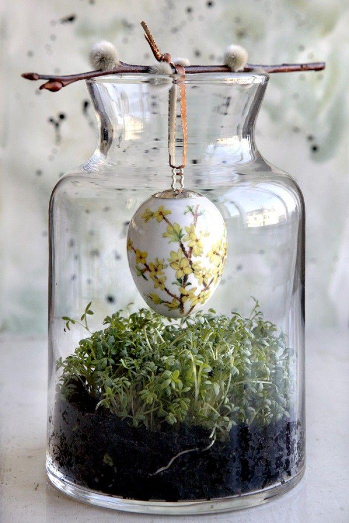 Ein wenig Kresse und frische Erde in ein großes Glasgefäß geben und dann ein Osterei darüber an einem Stöckchen aufhängen. Kreative Idee für eine schöne Osterdeko und Frühlingsdeko. Noch mehr Deko Ideen gibt es auf www.Spaaz.de