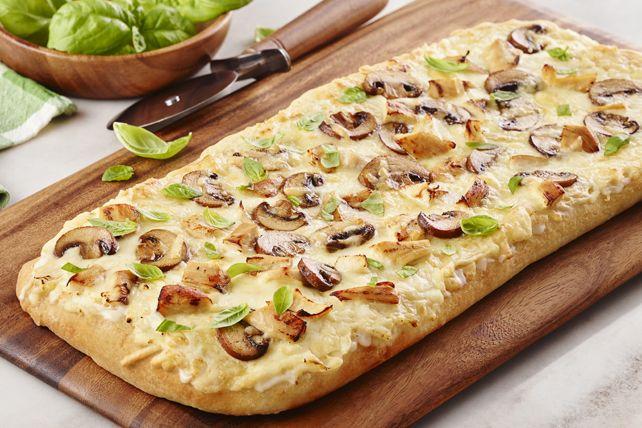 Vous pourriez bien sûr acheter de la pizza surgelée du commerce, mais soyez certain que votre famille préférera de loin cette pizza éclair cuisinée par vous.