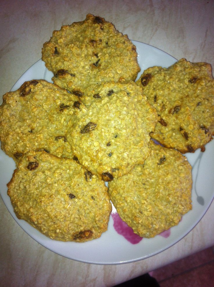 Slimming World Oat Biscuits 70g of porridge oats 2 eggs 5 tablespoons of sweetener, mix all together and shape into rounds on baking tray. Makes 6. Cook for around 15 mins at 180. 3 are syn free if used as HEb. Some add hot choc options, I used sultanas.