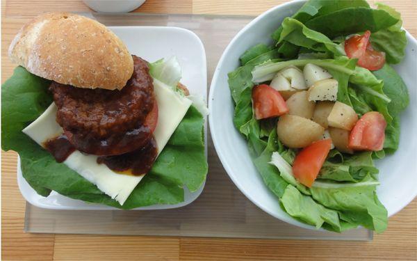 今日の200円ランチは前日の残りの材料を使いハンバーガーにしました♪厚切りトマトを贅沢に入れるととてもおいしいです(´∀`)*