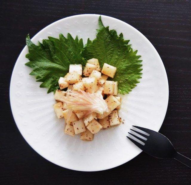 大根を角切りにして、生醤油、わさび、ヘンプオイル、ダルスふりかけを混ぜたものを和えただけのサラダ