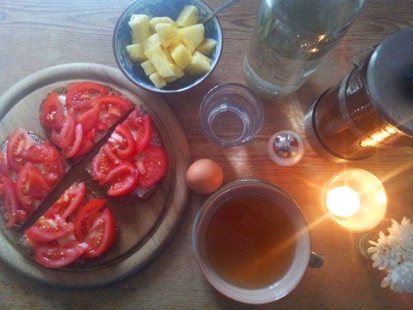 Das #Fruehstueck im #Winter hat es in sich: Vitamine, heißer Tee, frische Anananas, ein hartgekochtes Ei und Tomatenbrot. Alles bei Kerzenlicht.
