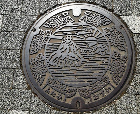 This is what we need in the United States instead of our boring manhole covers.