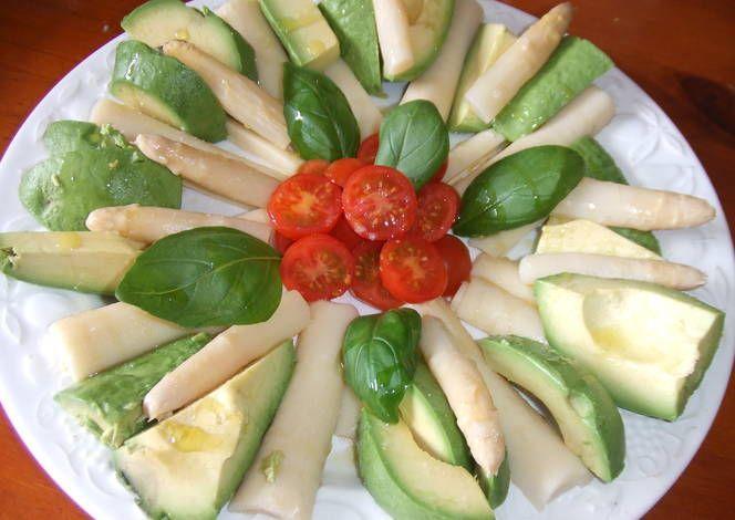 Ensalada de palmitos, aguacate, espárragos y tomates Receta de Cuqui - Cookpad