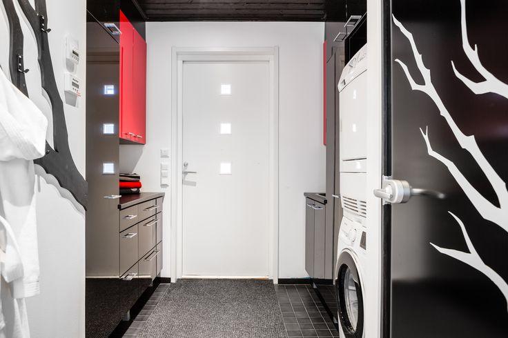 Tämä kodinhoitohuone on sisustettu rohkeasti vahvoilla väreillä ja graafisilla elementeillä. Upea!