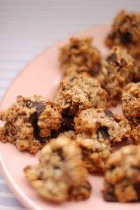 's werelds meest gezonde koekjes. 100 -125gr Lindt Excellence 70% chocolade | 3 grote, rijpe bananen (of anders 4 kleinere) | 1 tl. vanille-extract | 60 ml kokosnootolie (licht warm maken als het vet te vast is) | 200 g hele havervlokken |60 g amandelmeel (niet ontvet en geen amandelpoeder!) | 40 g kokosschaafsel | ½ tl. kaneelpoeder | ½ tl. fijn zeezout| 1 tl. bakpoeder