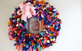 DIY Birthday Balloon Wreath. Instead of letter use a small chalkboard and update for each family member!