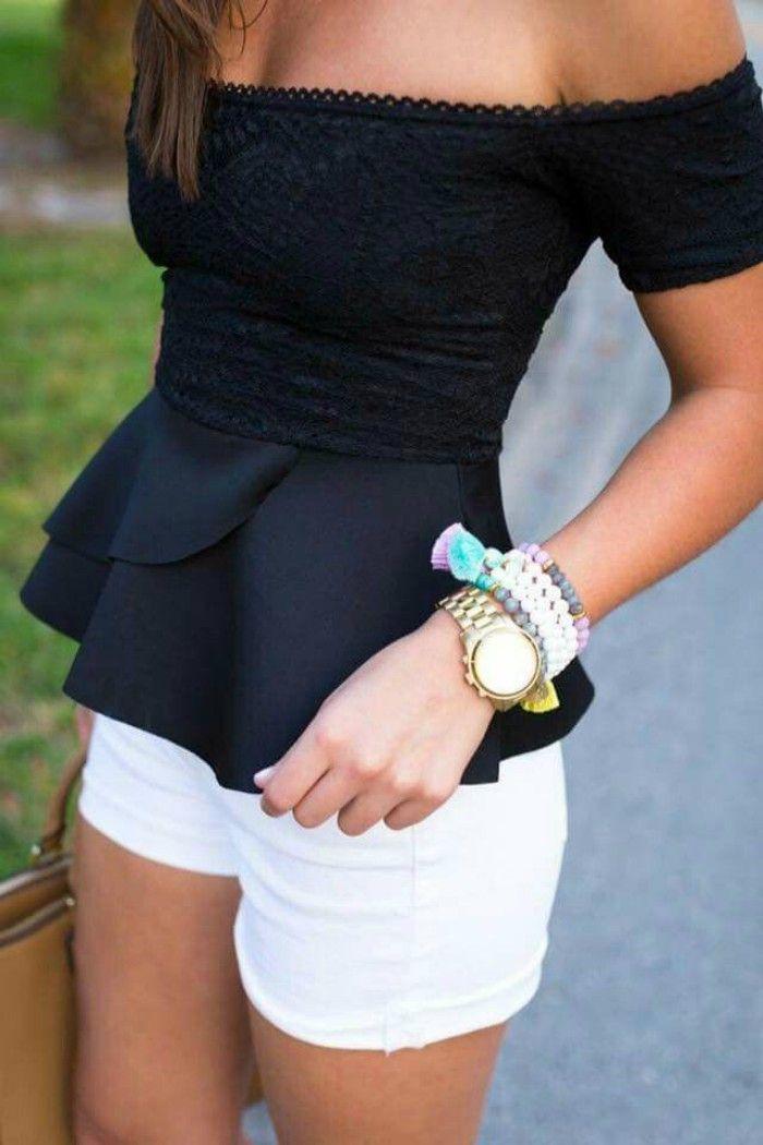 mujer con short blanco y blusa negro