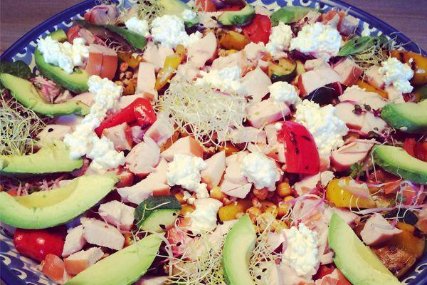 Een salade 's avonds doet het altijd goed. Geniet jij ook mee van deze salade met kipfilet van Claudia van Hungry for Healthy Food?