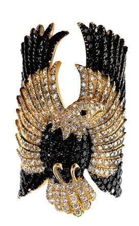 Ci sono aquile, piume, indiani d'America, serpenti, draghi, fiori. Non è il plot di una nuova saga fantastica, ma il cabinet francese della jewelry designer Elise Dray.  - See more at: http://www.vogue.it/vogue-gioiello/designer/2012/02/elise-dray#sthash.8SC5Gtl0.dpuf