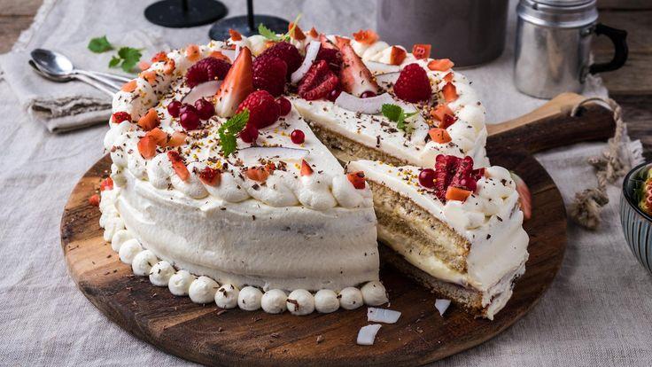 Bløtkaken er festkaken over alle festkaker! Her er vår beste oppskrift på bløtkake med vaniljekrem, toppet med sjokolade og friske bær. Dette er en enkel, saftig og lettlaget kake, slik bestemor lagde den.