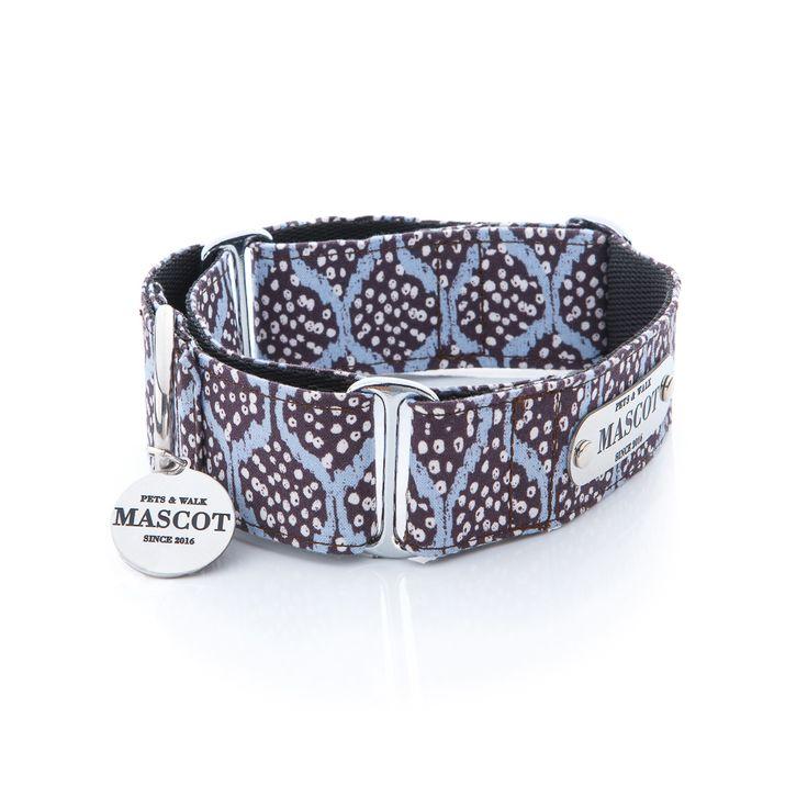 Collar MASCOT JAVALAMBRE martingale para perros, ed. limitada, tela de importación,de estilo étnico, de Jane Makower, de Reino Unido. Discreto y elegante estampado animal en tonos azules. 100% algodón. Pieza montada sobre NYLON NEGRO de gran calidad. Los herrajes son PLATEADOS de gran resistencia y gran carga de fuerza. Incluyen una placa y una medalla MASCOT #Mascot #perro #collar #collarperro #accesorios #gifts #regalos #style #dog #doglovers #Correa #leash #javalambre #martingale