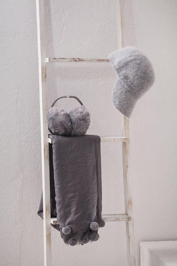 Mantas, orejeras y gorras de invierno, suaves, delicadas y amorosas de muy mucho #muymucho #manta #gorra #orejeras #frío #invierno #textil #moda #complementos #escalera #bambú #decoración #hogar