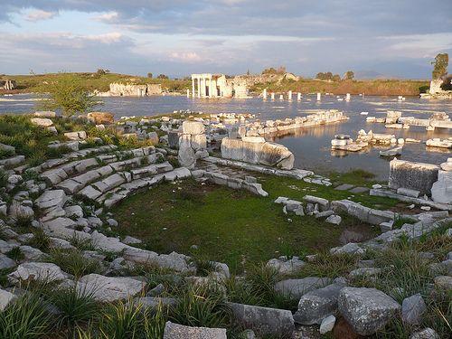 ruinas de mileto -Mileto es una ciudad jónica en ruinas que constituyó uno de los lugares más importantes de la antigua Grecia. Su grandiosa arquitectura incluye un enorme anfiteatro, una fortaleza bizantina y baños romanos.