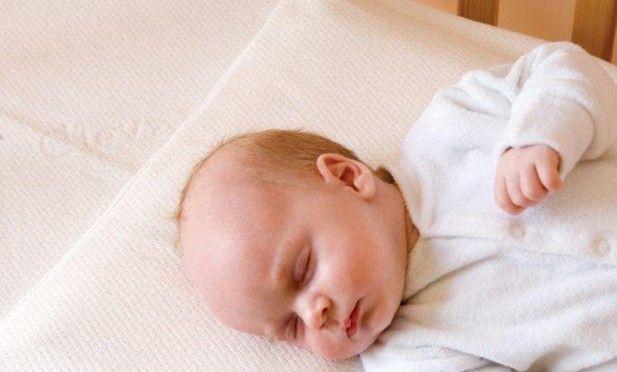 Clevamama Almohada evita plagiocefalia. $8.900  Almohada bebé previene el síndrome de cabeza plana o plagiocefalia. Reducen la presión en la cabeza del bebé en un 50% y refuerzan el apoyo en un 80% Están hechas con la tecnología Airflow, gracias a la cual tu bebé estará siempre fresco y seco También asegura la alineación correcta de la cabeza y la columna vertebral para apoyar mejor a su bebé durante una noche de sueño reparador.