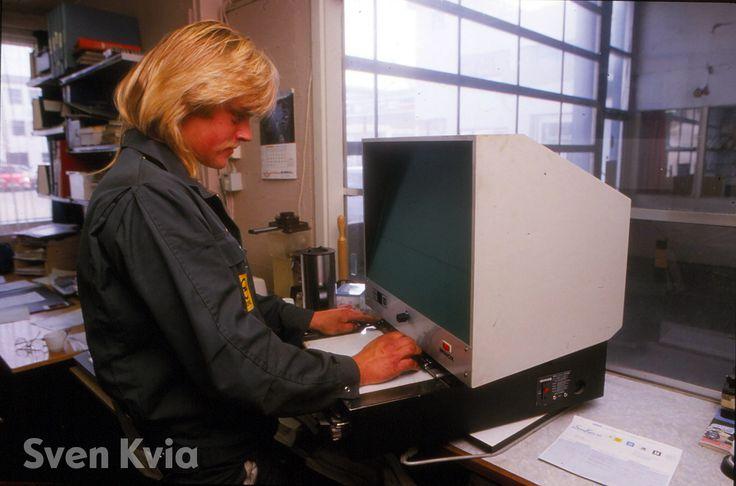 Vi rydder i arkivet  Vi har vært på skattejakt i vårt arkiv! Med over 90 år i bilbransjen og et stort arkiv er man garantert til å finne noen skatter. Skattene vi finner ønsker vi å dele med dere.    Personen på bildet er Brigt Ove Ognedal. Maskinen han ser på var en fremviser for mikrofilm datidens dele- og informasjonskatalog.  #svenkvia #historie #virydderiarkivet #opel