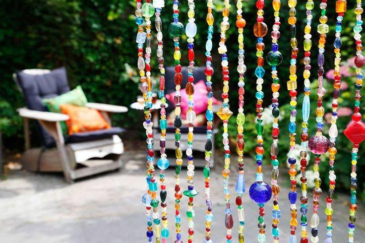 Een kleurrijke deuropening! colorful curtains made from glass beads