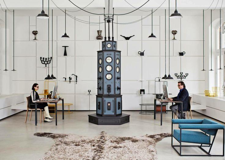 Супруги-дизайнеры объединили офис и шоу-рум в единое пространство, центром которого они сделали электрический распределительный щиток в стиле ретро