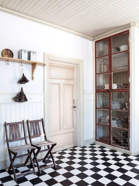 SKAP AV VINDUSRAMMER: I det plassbygde skapet, bygget av gamle vindusrammer, oppbevares blant annet håndklær | LEV LANDLIG