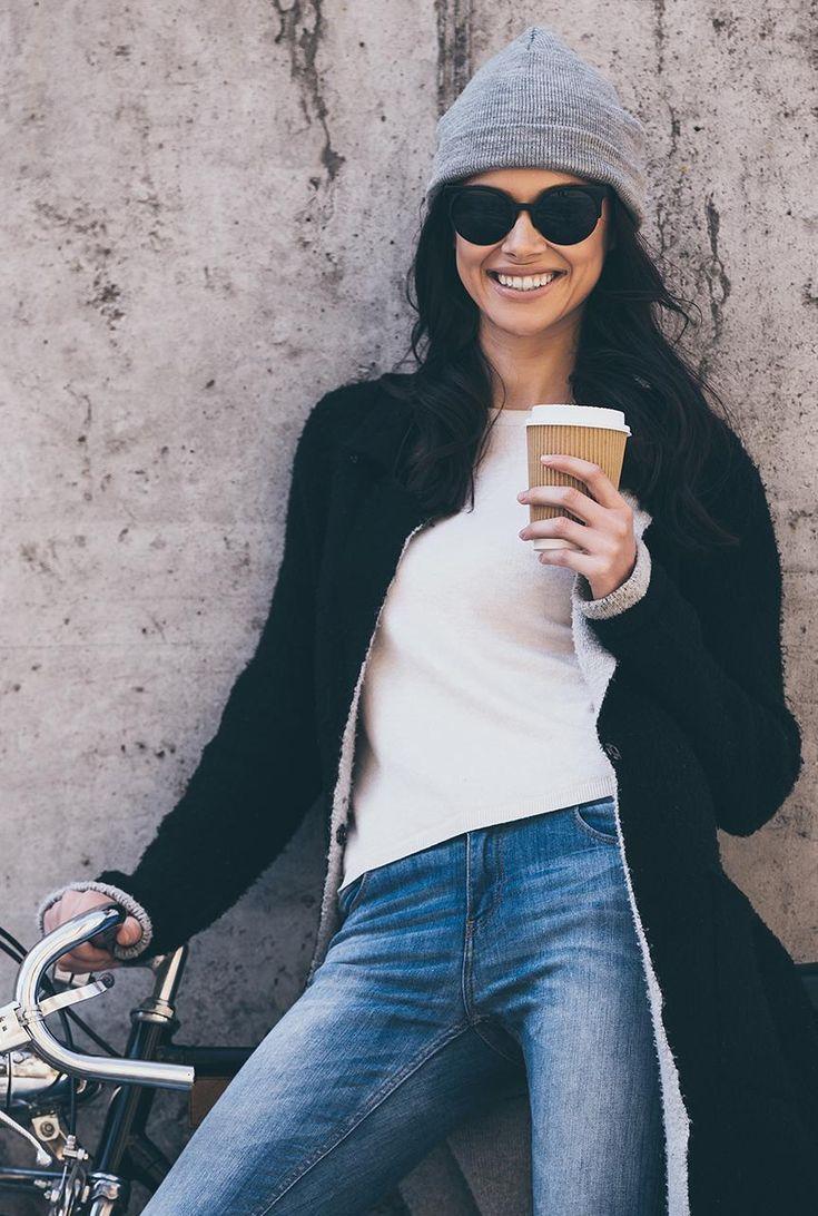 Conjunto abrigo negro, jersey blanco, pantalones tejanos azules, gorro gris y gafas negras #modainvierno #modafemenina #modamujer #abrigonegro #sombrerogris #gafasnegras #fashion #lookstyle #looks #misconjuntos #conjuntomoda