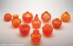 Oranjevaasjes van Leerdam; In Leerdam is het al vanaf de jaren twintig van de vorige eeuw gebruikelijk om bij bijzondere oranjefeesten een vaasje uit te brengen.