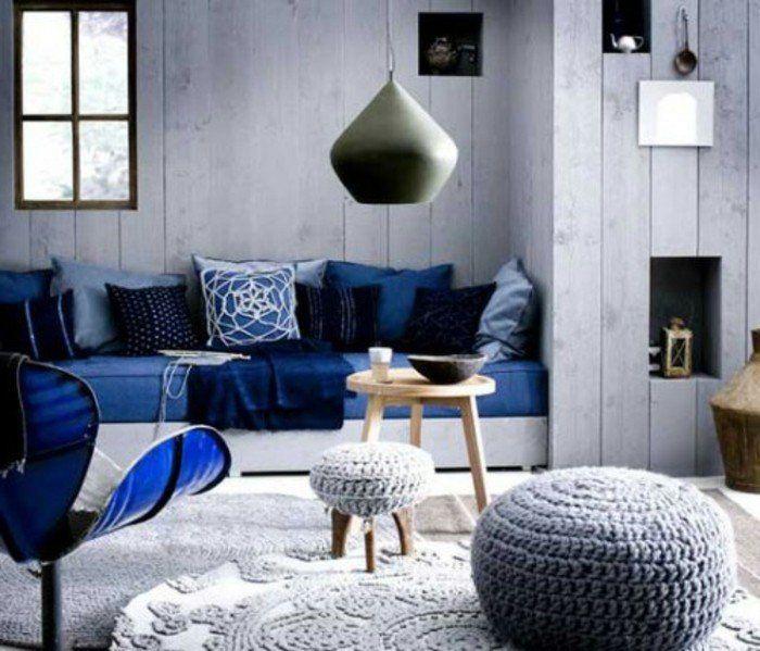 lambris peint en blanc chaise canap et coussins indigo couleur tapis et poufs au - Chambre Adulte Lambris