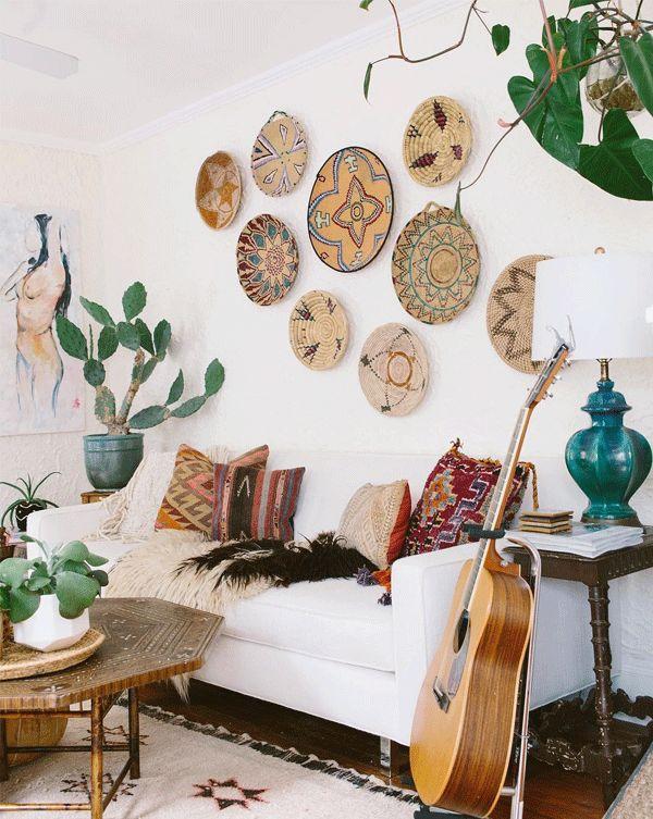 Inspiração decór: cestos na parede | A mistura deliciosa de cores e texturas da antiga casa da fotógrafa Carley Summers.