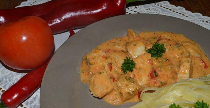 Met heerlijke verse ingrediënten  aan de slag om een licht pikante saus met klein gesneden blokjes kipfilet te maken.