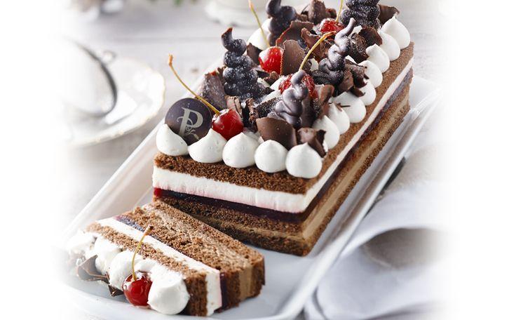 Génoise au chocolat légèrement imbibée d'un sirop de Kirsch, Chantilly au chocolat, gelée de griottes et crème légère de Kirsch.