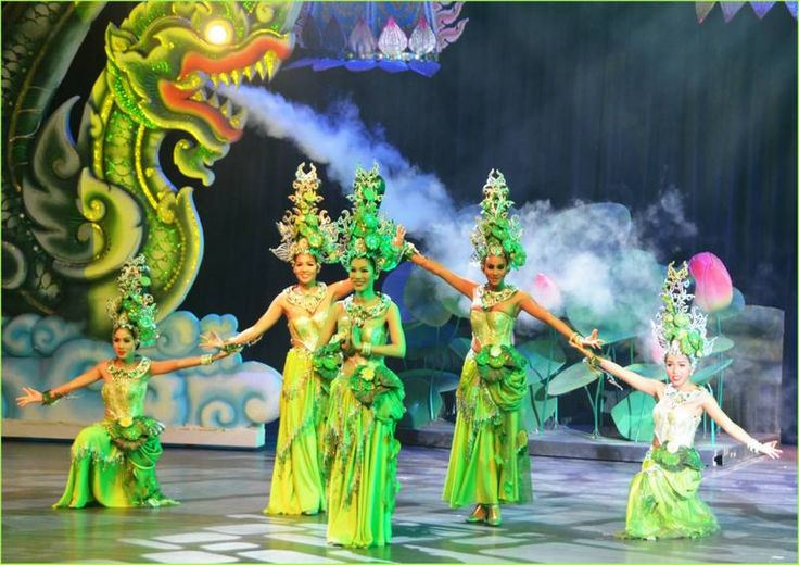Colosseum ladyboy show on Thepprasit Road in Jomtien