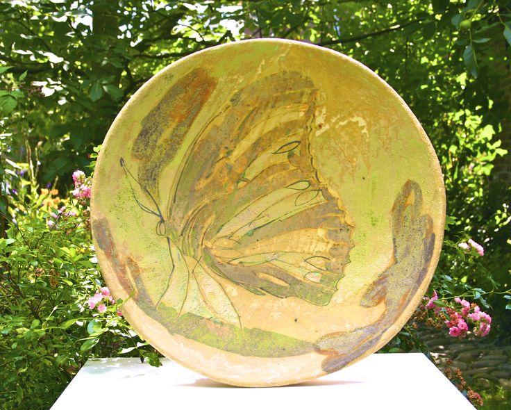 Ben Kapteijns. Schaal met fresco in vlindermotief. Schaal met fresco in vlindermotief gebrandt in een pottenbakkers houtoven op 1100º