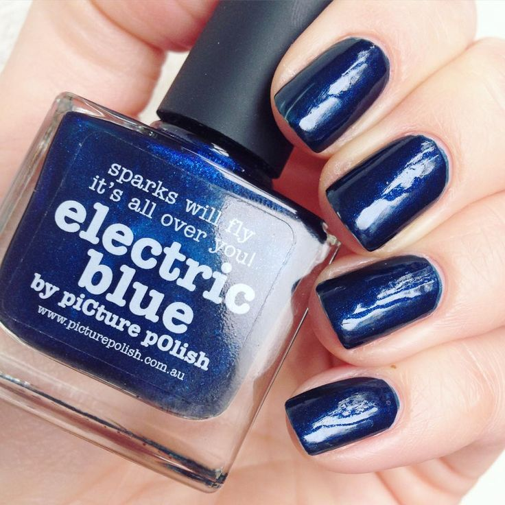 Electric Blue est un bleu sombre dans lequel flottent des milliers particules irisées. Une teinte aussi élégante qu'envoutante, métallique et veloutée, qui électrisera vos ongles !   Picture : Dancemetonight - https://www.instagram.com/p/8xMlZQmPya/