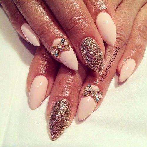 Uñas de color rosa para los diseños de uñas con clase