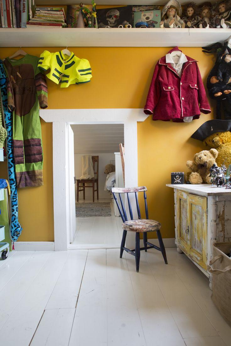 Lastenhuoneiden välillä on pieni ovi. Between the nuserys there's a small door. | Unelmien Talo&Koti Kuva: Toni Rosvall Toimittaja: Nina Nygård