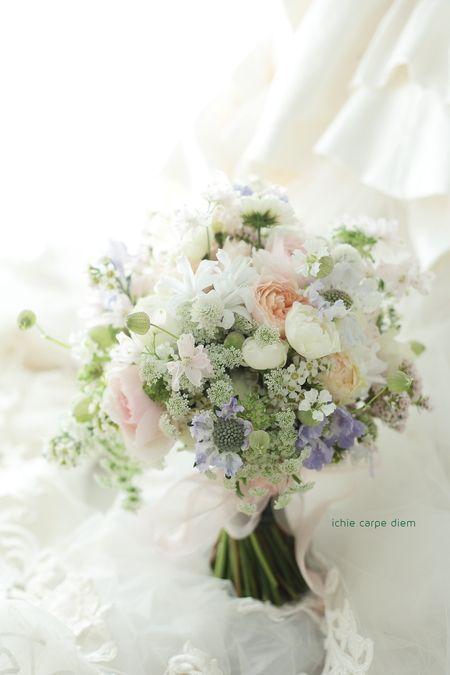 先日のリストランテASO様の花嫁様が、 披露宴の折に持ってくださったブーケです。 淡いオレンジのバラはKIZUNA、 優しくとけあう...
