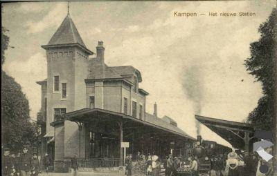 Stoomtram met Station