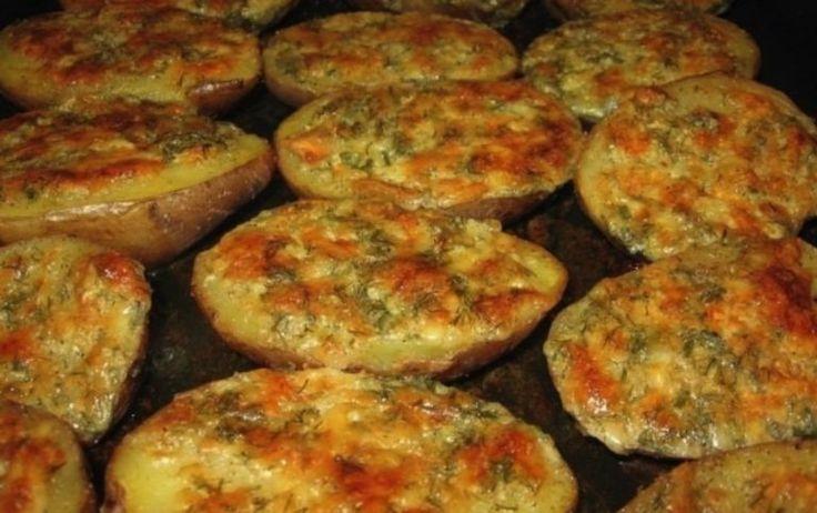 Existuje veľa úžasných pokrmov, ktoré sa dajú pripraviť z obyčajných zemiakov. My si dnes spoločne ukážeme taký o ktorom ste pravdepodobne ešte nepočuli. Uvidíte, že si ho ale zamilujete po prvom ochutnaní.Kombinácia cesnaku byliniek a chrumkavých zemiakov je priamo dokonalá. Presvedčte sa sami! Ingrediencie: – 7 zemiakov – 125 g masla – 6 lyžicou strúhaného syra – 2 lyžice. kyslej